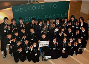 ホテルスタッフ手作りの有松絞りの横断幕と陸前高田市の子ども達